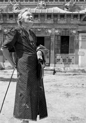 Anna Habermann vor dem Tempel Yiga Choeling, Ghoom (Indien)